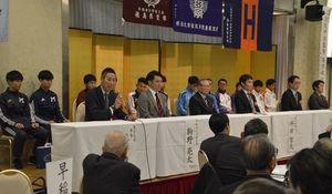 東京六大学の監督や選手らを招いて開かれた歓迎会=阿波観光ホテル