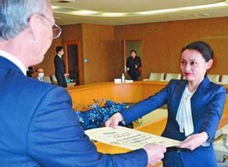 徳島市長選初当選の内藤氏に証書付与