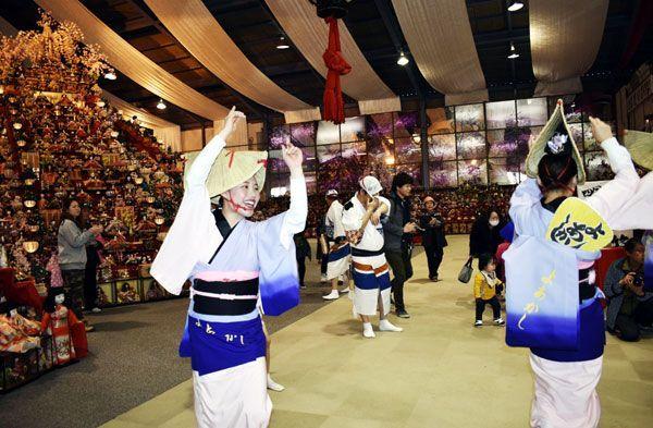 ひな壇の前で乱舞を繰り広げる「よあかし連」=勝浦町の人形文化交流館
