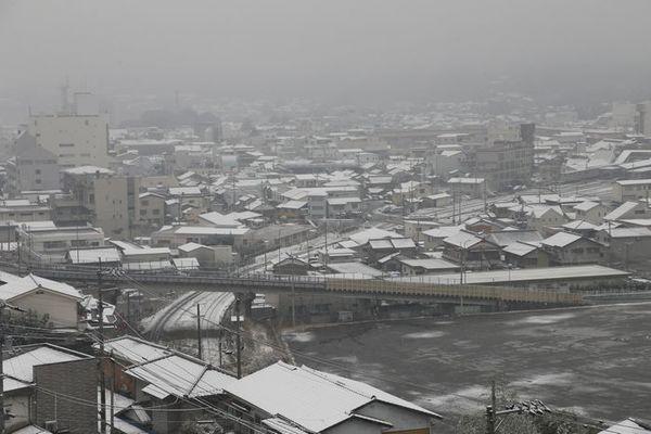 うっすらと雪が積もった市街地‖=11日午前8時、徳島県三好市池田町