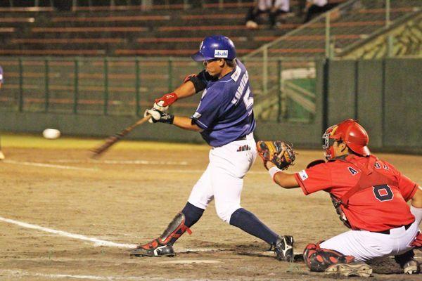 徳島対高知 8回裏、徳島2死一塁、小林の右越え2点本塁打で3―5と追い上げる=JAバンク徳島スタジアム