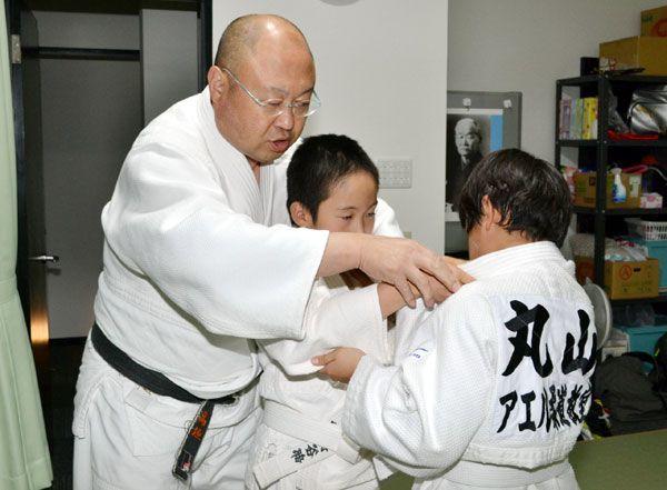 主宰する「Aeru柔道教室」で子どもを教える高垣さん=徳島市鷹匠町6
