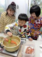 アシアカエビを湯通しする子ども=石井町の県農林水産総合技術支援センター