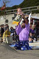 土俵入りで高々と抱え上げられる赤ちゃん=海陽町鞆浦