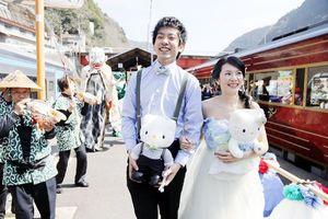 観光列車で結婚式を挙げ、祝福される新郎新婦=三好市の大歩危駅