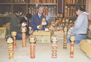 展示会の準備を進める橋本会長(右から2人目)と尾崎さんの娘ら=徳島市新蔵町1の尾崎さん宅