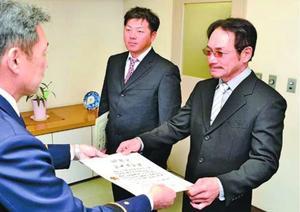 平井署長から感謝状を受け取る(右から)松本さん、吉村さん=徳島市東消防署