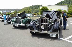 国内外の名車が並ぶクラシックカーフェス=板野町犬伏の徳島工業短期大