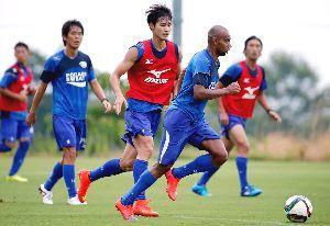 ホーム3連勝を目指し練習に励む徳島の選手たち=徳島スポーツビレッジ