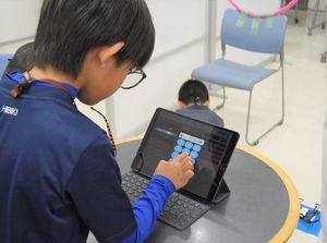 アプリに数値を入力し、ドローンへ指示を出すプログラムを作成するスクール生=徳島市の広沢自動車学校