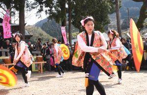 5年ぶりに復活し、地元の女性6人によって披露された傘踊り=神山町阿野の二之宮八幡神社