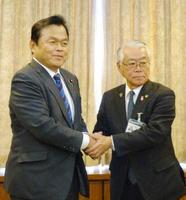 千葉県勝浦市役所で土屋元市長(右)と面会する赤羽国交相=21日午後