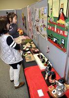 ひな祭りをテーマに開かれている作品展=板野町の県立総合教育センター