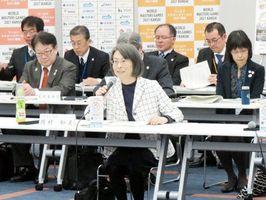 消費者行政新未来創造オフィスでの取り組みについて説明する岡村和美消費者庁長官(中央)=大阪市
