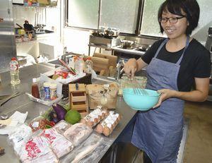 地元食材を使った料理を作るため、仕込み作業をする栗田さん=海陽町大里の城山荘