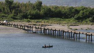 県内の河川に数多く残る潜水橋。吉野川に架かる「川島橋」もその一つだ=吉野川市