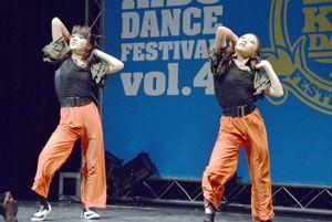 息の合ったダンスを披露した(左から)佐川さん、田村さん=徳島市のシビックセンター