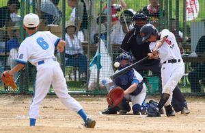 1回戦・生比奈対富岡 7回表無死二塁、富岡の直江優多主将が左越え二塁打を放ち、3―4と1点差に詰め寄る。捕手は安東直人主将=吉野川南岸グラウンド