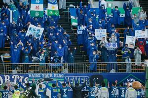 試合終了後、選手と喜びを分かち合う徳島サポーター=鳴門ポカリスエットスタジアム