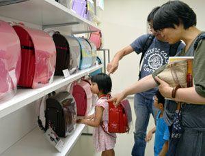 ランドセルの品定めをする親子=徳島市のそごう徳島店