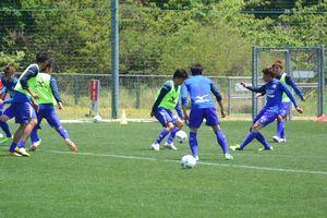 ホーム戦初勝利を目指し、練習に取り組む徳島の選手=徳島スポーツビレッジ