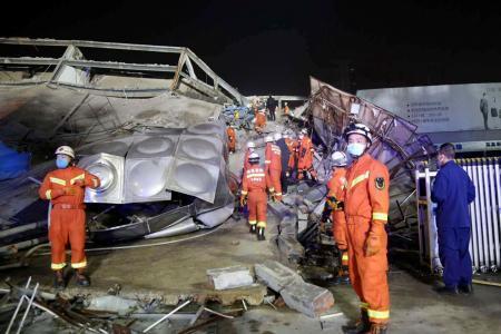 7日、中国福建省泉州市のホテルが倒壊した現場で救出活動を行う救助隊(AP=共同)