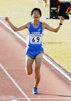 2時間9分27秒の6位でゴールする上門。東京五輪のマラソン代表選考会の出場権を得た=平和台陸上競技場