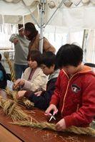 しめ縄を作る子どもたち=鳴門市の大麻比古神社