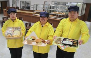 きららカフェを運営する障がい者就労支援センター・かがやきの利用者=阿波市市場町香美