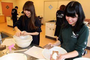 阿波和三盆糖の干菓子作りを体験する学生=阿波市土成町吉田の土成保健センター