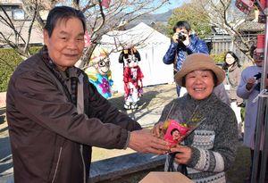 フラワーアレンジメントを妻に渡す来場者=美馬市脇町の吉田家住宅