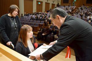 岩浅市長(右)から表彰状を受け取る森さん=阿南市富岡町の市文化会館夢ホール