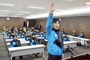 選手宣誓する阿波市選手団の山川主将=市役所