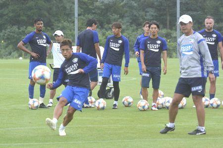 強敵撃破に向け、シュート練習に励む徳島の選手たち=徳島スポーツビレッジ