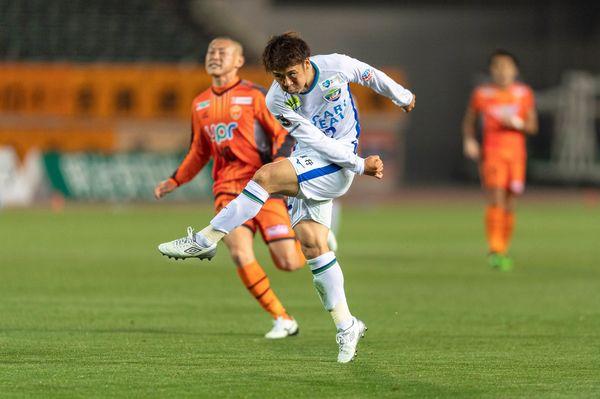 後半25分、小西が決勝点となるシュートを決める=山口県の維新みらいスタジアム