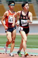 男子5000メートル競歩決勝 21分48秒26の大会新で優勝した孫田(右)