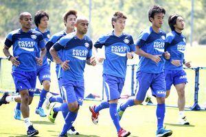 大宮戦に向けコンディションを整える徳島の選手たち=徳島スポーツビレッジ