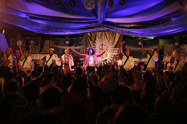 阿波踊り連・華純連とステージを盛り上げる佐藤タイジさん=松茂町の月見ケ丘海浜公園