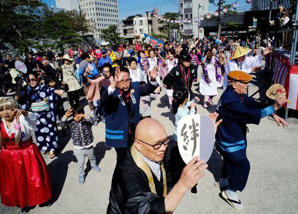 ぞめきのリズムに乗って踊りを楽しむ参加者ら=徳島中央公園鷲の門