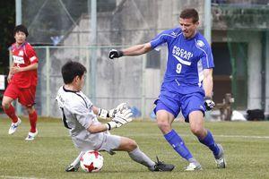 徳島のアシチェリッチ(右)がシュートを決め2-0とする=高知県春野総合運動公園球技場
