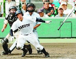 準々決勝の駒大苫小牧戦で7回表に2点二塁打を放つ鳴門工の4番上野武生=2005年8月17日、甲子園球場