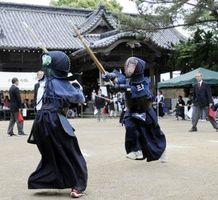 気合のこもった声を出しながら竹刀を交える選手=阿波市の八幡神社