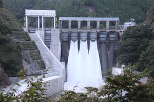 台風上陸に備え、事前放流が行われた長安口ダム=5日、那賀町長安