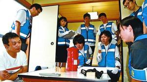 模擬捜査に臨むインターンシップの参加者=徳島市の県警察学校
