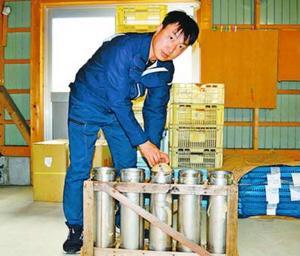 打ち上げ当日に向けて準備する岸専務=阿南市新野町の岸火工品製造所