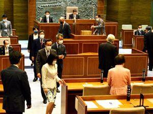 徳島市主催で行う今夏の阿波踊りの開催事業費を計上した補正予算の採決で記名投票する市議=10日午後、市議会本会議場