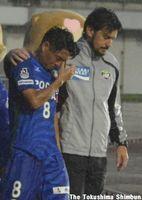 試合後、涙を浮かべる岩尾選手(左)=鳴門ポカリスエットスタジアム