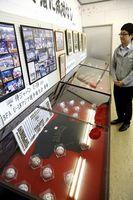 高校日本代表選手たちのサインボールなどがずらりと並ぶ野球グッズ展=東みよし町中庄の町歴史民俗資料館