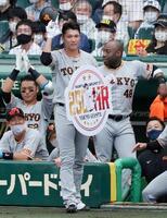 6回、通算250号本塁打を放ち、ボードを手にする巨人・坂本=甲子園