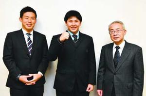 全国大会での活躍を誓う城東高校ラグビー部の篠田主将(中)=徳島新聞社